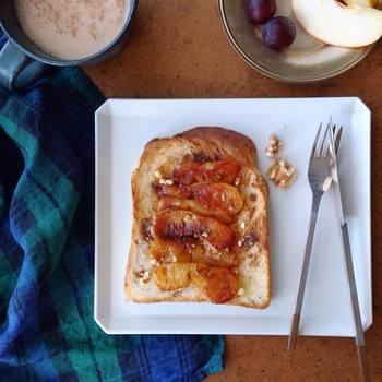 リンゴとバターをフライパンでじっくり焼いてトーストにON。お好みでシナモンもふりかけて。焼きリンゴのほろっと優しい甘さが体の隅々まで行き渡り、目覚めさせてくれそうです。