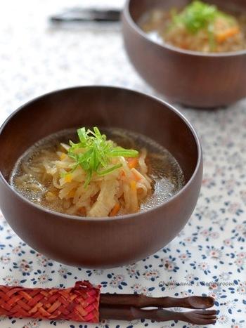 切干大根の甘さが美味しい!えのき、にんじんも入った具沢山の食べるスープです。朝、しっかり噛んで食べることは脳活性にも効果的とされています、勉強や仕事で頭を働かせる家族に是非食べてほしいメニューですね。