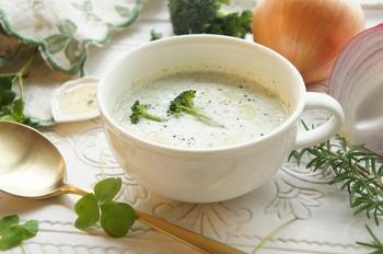 ポタージュの中で比較的後味の軽めなブロッコリーのスープです。じっくり炒めた玉ねぎと豆腐の甘さが加わり、最後にオリーブオイルをかけて頂くと味の変化を楽しめる一品。