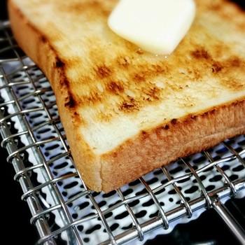 金網でじっくり焼いたトースト、シンプルですが冬の朝に食べるとなぜか美味しく感じます。美味しく焼くためのコツは、パンをのせる前に強火で30秒ほど網をしっかりとあたため、パンをのせたら弱火でじっくり両面を焼いていくこと。すると外はカリッ、中はふわっとした仕上がりになりますよ。