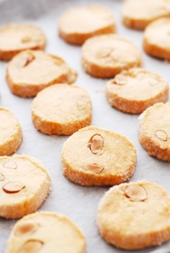 焼き菓子にはナッツ類が合いますね。こちらは、アーモンドの粒だけでなく、生地にアーモンドの粉を混ぜています。もう、アーモンドの香りがたっぷり!です。表面に卵を塗ってグラニュー糖をまぶして見ためも素敵に仕上げました。