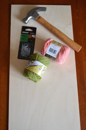 用意するものは、板・くぎ(長さ2cm程度)・トンカチ・細い糸(レース糸や刺繍糸などがやりやすいですよ)。作りたい図案があるなら、コピーしてくり抜いたものを準備しておくと便利です。