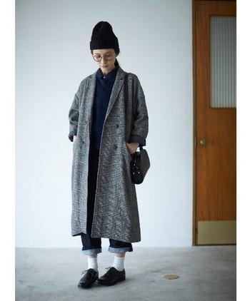 グレーのチェスターコートは、使い勝手抜群の一品。デニムとも相性よく、コーディネートのしやすさも人気です。