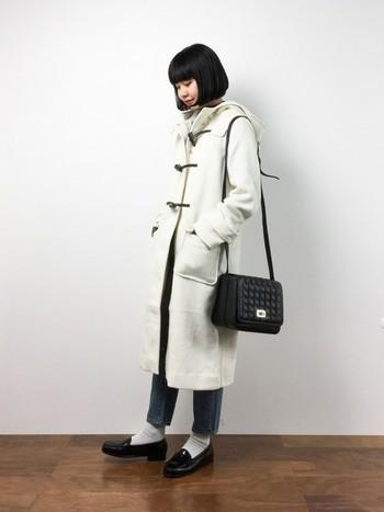 ホワイトのダッフルコートは、冬にぴったり。長めの着丈も新鮮◎