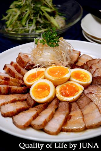 お正月料理に自家製チャーシューを作るおうちはけっこう多いのではないでしょうか?スライスして大皿に盛り付けて、白髪ネギをたっぷり添えればとっても豪華ですよね。半熟卵も美味しそうです♪