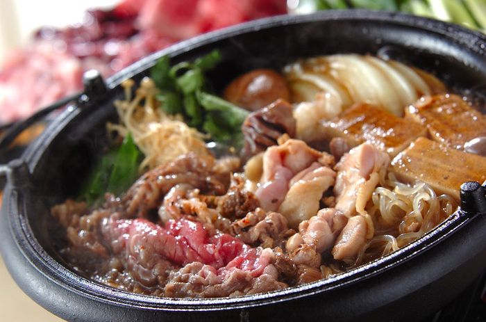 寒い年末年始、みんなでにぎやかに鍋を囲むと楽しいですよね♪お正月なので豪華にすき焼きはいかがでしょうか?こちらは牛肉だけでなく、鶏肉や砂肝、鶏レバーも入った、いろんな味が楽しめるすき焼きレシピです。