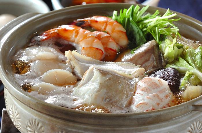 冬は魚介類が美味しい季節です。魚、イカ、ホタテやエビなど、海の幸を豪華に煮込んだ海鮮鍋もおすすめです!