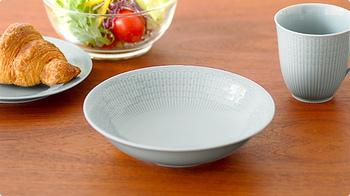 1930年に発表され、長きに渡り世界中で愛されているいるSwedish Grace「スウェーデンの気品」の名前が付けられたシリーズの中の一皿。深さのあるこのお皿は、パスタや煮込み料理などオールマイティに活躍してくれます。