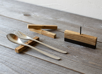 お箸置きではなくて、カトラリーレスト。金属の物は良く見かけますが、こちらは珍しい木製。一つ一つ違う風合いが楽しめます。