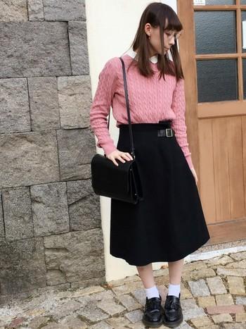 ミモレ丈のフレアスカートと合わせた、ガーリーなスタイルにもぴったり。中に重ねた丸襟のシャツで、清楚な雰囲気を演出しています。
