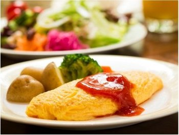 モーニングは、アメリカンブレックファースト、コンチネンタルブレックファースト、ブレックファーストビュッフェの3種類があります。人気のオムレツは、モーニングを食べに来たたくさんの人が楽しみにしているようです。