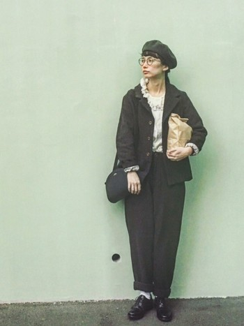 テーラードジャケット×ワイドパンツでかっこよく決めた、セットアップのおしゃれなモノトーンコーデ。メンズライクな揺るコーデのポイントにベレー帽とめがねを取り入れるとクラシカルな雰囲気もプラスできます。