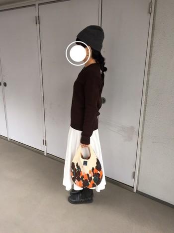 シンプルなモノトーンコーデに柄物のバッグをプラスすると一気に華やかな印象に変わります。バッグが主役に見えるコーディネートもとっても素敵ですね♪
