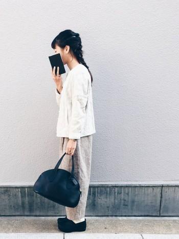 ライトグレーと黒の小物でまとめたナチュラルなモノトーンコーデ。シンプルスタイルのアクセントには、コロンとしたシルエットのバッグ&靴などちょっぴりかわったデザインのアイテムを取り入れるのも◎
