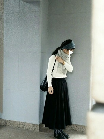 白ニット&黒のロングスカートの洗練されたシンプルなコーディネートに柄物のソックスを合わせたコーディネート。マフラーとターバンでトップにボリュームを持たせたすっきりおしゃれなスタイルです。