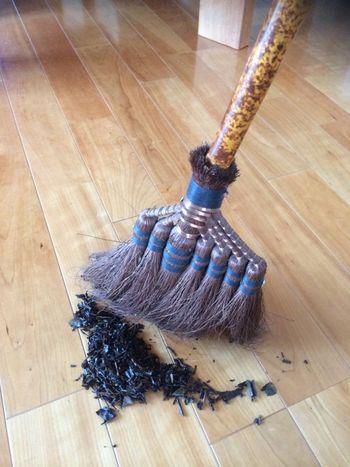 掃くときは、湿った茶殻をまくとホコリがたたずに掃除ができます。しかも、掃くと同時に拭き掃除の役割まで果たしてくれるので一石二鳥ですね。また、緑茶は消臭・消毒などの効果も期待できます♪