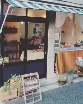 根津駅の近く、裏路地にちょこんと佇む「たそがれ堂」は、手作りの器と雑貨、木版画を販売するショップ&ギャラリー。 谷根千らしいどこか懐かしくあたたかい雰囲気と、個性的なアートが共存するお店です。