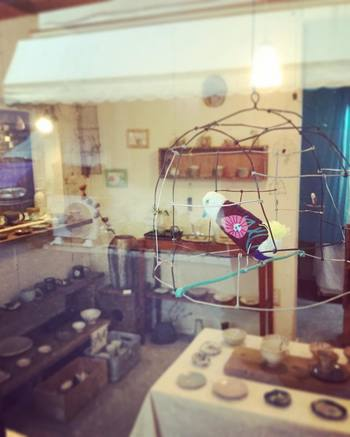 窓辺にいるのは人気商品の鳥のオブジェ。 部屋に飾りたくなる可愛らしい雑貨が沢山り、様々なインテリアのアイデアが浮かんできそう。