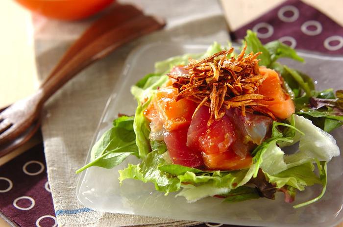 年末年始も、生野菜はしっかり食べておきたいものですね。いつものサラダよりちょっと豪華に、こちらはお刺身を乗せたサラダです。大皿に盛り付けてもいいですよね。ワサビドレッシングでいただきます。
