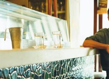東北で作られる素朴な厚口グラスは、丈夫で保温性が高く、居酒屋でよく使われている定番グラスです。 持ちやすい厚口で丈夫なグラスには是非お酒を注いで晩酌のお供に。