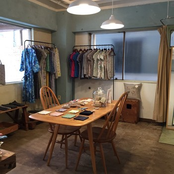 セミオーダーでシャツ、ワンピース、スカートなどが作れる「dou dou オーダーシャツのおみせ」。 好きな生地やデザインを選んで注文すると、熟練の職人が丁寧にハンドメイドで作り上げてくれます。