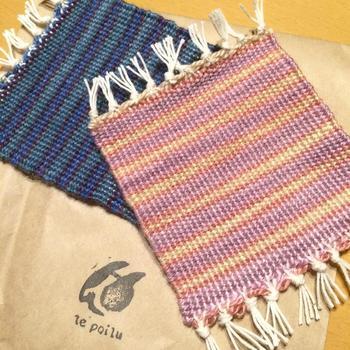 気軽に参加できる織物体験は、コースター・ミニマット・マフラーの3コースから選べます。 お洒落な色合いの織物はプレゼントにもぴったりです。