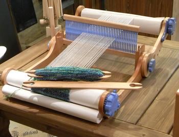 本格的に織物に目覚めたら、月4回開催のスクールもあります。 マイ織り機を購入して織物の達人を目指しましょう。