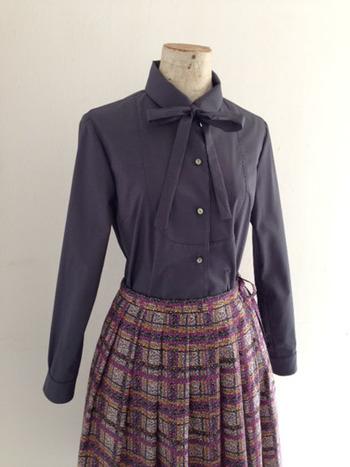 クラシカルなリボン付きの長袖シャツ。 リボンのおかげで、上品でありながらドレッシーな装いになります。
