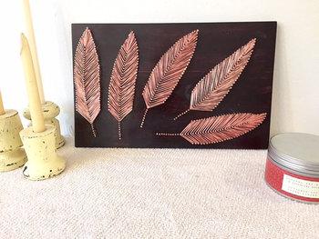繊細なラインを生み出すストリングアートなら、羽根だってこんなにも美しく作れますね。釘の間隔と糸の細さ次第で、もっと精密な羽根も表現できます。
