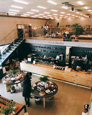 開放感のある店内には雑貨や、書籍、植物などがオシャレにディスプレイされ、併設されたカフェではおいしいドリンクや軽食がいただけます。