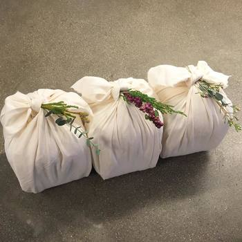 お店も魅力的ですが、商品の包みもとっても素敵なんです。白色の布で美しく包まれて、結びをほどくのをとまどってしまいそう…。