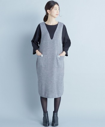女性らしいコーディネートを思ったら、スカートやワンピースを着るという人が多いですよね。この時季に着るワンピースは、1枚さらりと着て終わり…という感じですが、ジャンパースカートなら合わせるインナーやアウターで無限のコーデが楽しめます♪
