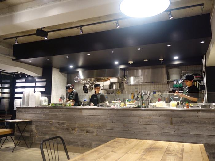 店内は、シンプルでスタイリッシュな空間。レモンが効いた濃厚な自家製レモネードもおいしいと評判のお店です。