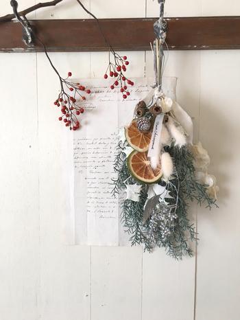 草花を束ねて吊るして飾る・・というアレンジが簡単な点も魅力♪シックな冬のインテリアに取りいれてみるのもおススメです。