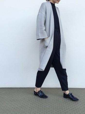 こちらのマニッシュコーデは靴に注目!光沢のあるエナメル素材のマニッシュシューズは履くだけで華やかになるのでお出かけにピッタリ。