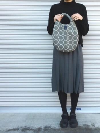 ママのお出かけスタイルにはスカートがマスト。シックに黒とグレーでまとめるならバッグには柄を持ってくるのが理想ですね。