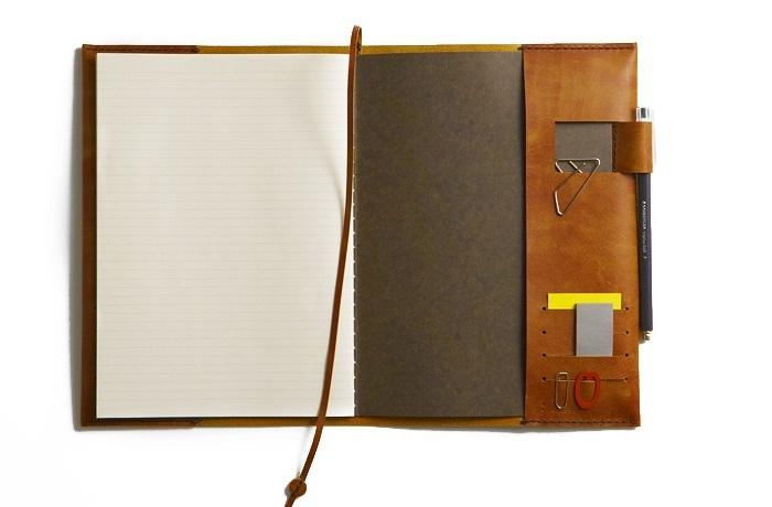 """お好きなノート(""""A5""""サイズが最適、というひと多し)・ペン。※必要なら、マーカーや色鉛筆、定規など。最適とされるノートのサイズは、""""A5""""大(148 × 210 ミリ。A4の半分)。"""