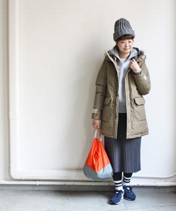 ミドル丈のダウンコートは、スカートにもパンツにも合わせやすい優れもの。明るい色味のダウンコートを合わせることで、つい、暗くなりがちな冬の装いも、楽しむことができます。