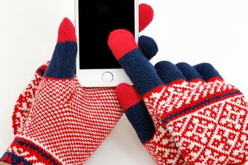 移動中など、外で操作することも多いスマホ。エヴォログは、3本の指に織り込まれた特殊な糸によって、手袋をはずさずにサクサクとスマホを操作することができます。これで、寒い思いをせずにすみますね。