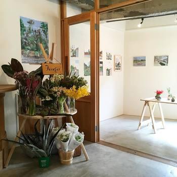 店内にはお洒落なギャラリースペースがあり、様々なアーティストの個展や販売会が行われています。