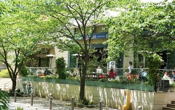 六本木ヒルズけやき坂テラスにある、爽やかなオープンテラス付きのレストランカフェ「Lauderdale (ローダーデール)」は、静かで心地いい時間が流れています。