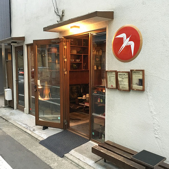 代々木公園の近くにある北欧スタイルのエスプレッソバー「Fuglen Tokyo」、1963年から続いているノルウェーのオスロのコーヒーショップの海外進出第1号店で、本格的なコーヒータイムを楽しむことができます。