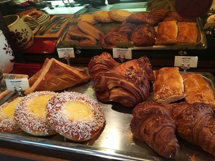 コーヒーによく合う美味しいペストリー、クロワッサン、ミートパイなどがずらりと並んでいます。