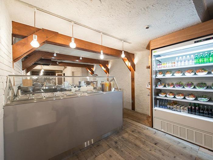 神楽坂に2016年5月にオープンしたばかりのサラダボウル専門店WithGreen。 アメリカの食文化を取り入れながら日本の野菜や農家にもこだわったサラダを食べることができます。オリジナルミックスのサラダ、カスタムサラダ、すぐに買って帰れるようにミニサラダとリーズナブルな価格で楽しむことができます。