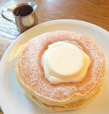 大人気の焼きたてクラシックバターミルクパンケーキは、ふかふかでとろけるバターと相性抜群です。