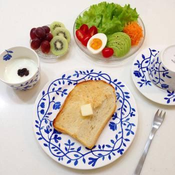 朝食の時、トーストをのせるのにいいサイズ。清潔感あるプレートで、朝から元気が出そう。
