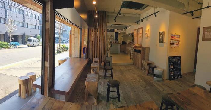 ウッディな店内はビーチサイドのカフェのような爽やかな雰囲気。 暖かい日は通りに面した窓が開かれて、とても開放的です。