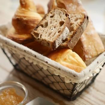 一階のカタネベーカリーで焼き上げたもちもちのパンとジャムは絶品です。