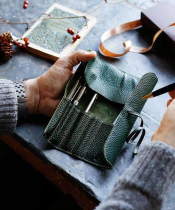 柔らかな一枚革をくるくる巻いて、大切な文房具を持ち運ぶことが出来る「ロールペンケース」。文房具以外にもコスメケースとして使ったり、いろいろな使い方が出来ます。