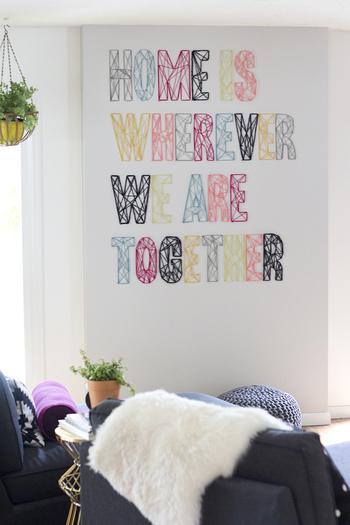 お部屋の壁に直接ストリングアートを施してもこんなに素敵!お部屋の雰囲気に合わせた糸のカラーコーディネートが楽しめますね。 決して難しいテクニックではないストリングアート。簡単に集められる材料で始められるから、是非、寒い冬の過ごし方に取り入れてみて。